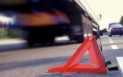 В Москве легковушка врезалась в припаркованный грузовик – водитель погиб