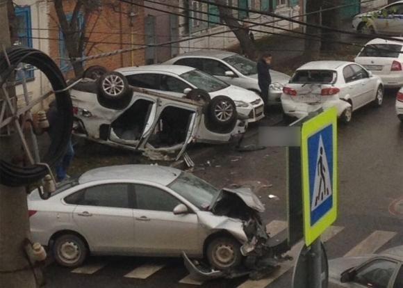В центре Краснодара перевернулась иномарка
