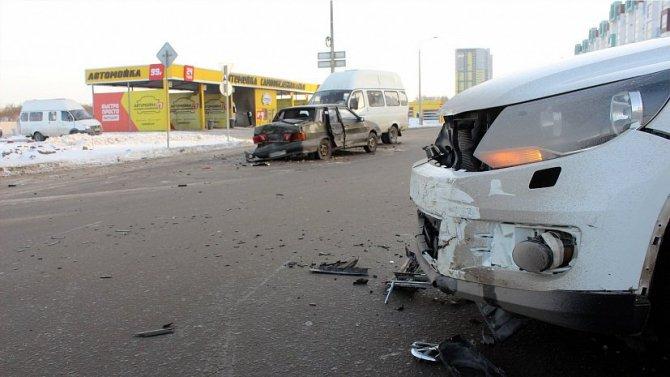 Два человека пострадали в массовом ДТП в Челябинске (1)