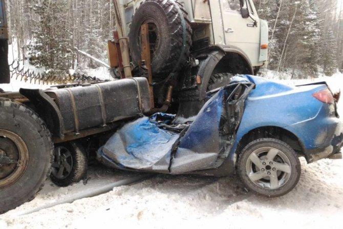 На трассе Тюмень – Ханты-Мансийск КамАЗ раздавил легковушку погибли два человека (1)