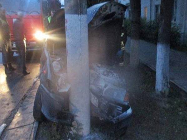 В Ростовской области ВАЗ врезался в столб пострадали двое детей