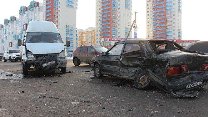 Два человека пострадали в массовом ДТП в Челябинске (2)