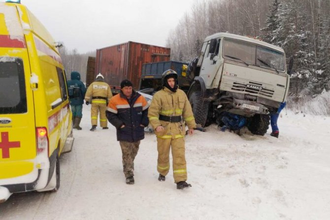 На трассе Тюмень – Ханты-Мансийск КамАЗ раздавил легковушку погибли два человека (2)