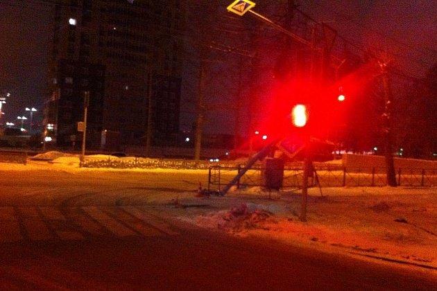 В Новосибирске Volkswagen после ДТП вылетел на тротуар и сбил женщину