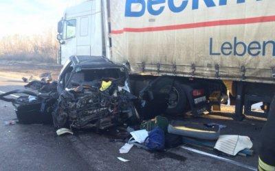 Под Омском в ДТП с грузовиком погибли два человека