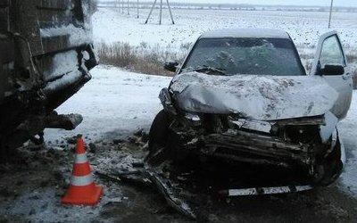 В Самарской области ВАЗ врезался в припаркованный грузовик – пострадали водитель и ребенок