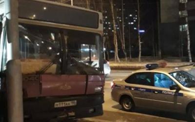 Автобус с пассажирами врезался в столб в Сургуте