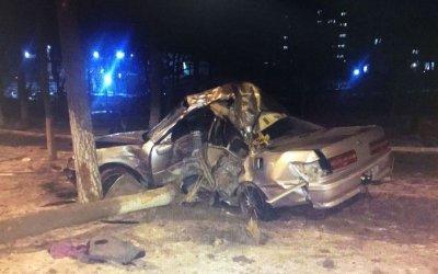 В Артеме иномарка врезалась в дерево: погибли двое
