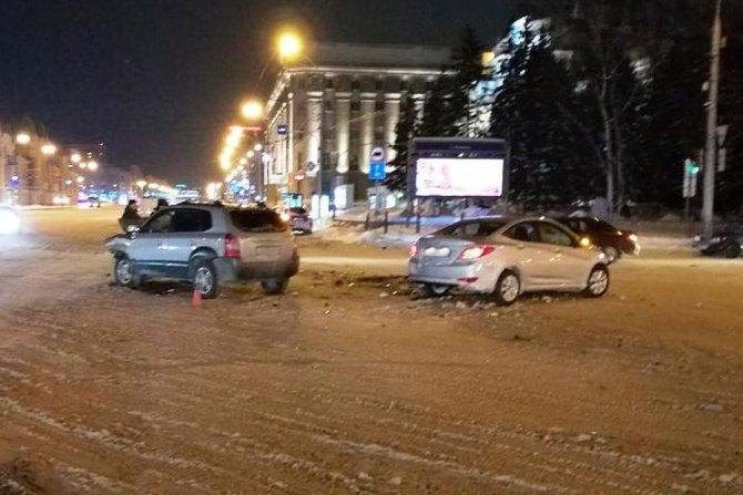 В Новосибирске в ДТП с двумя Hyundai пострадал водитель (1)