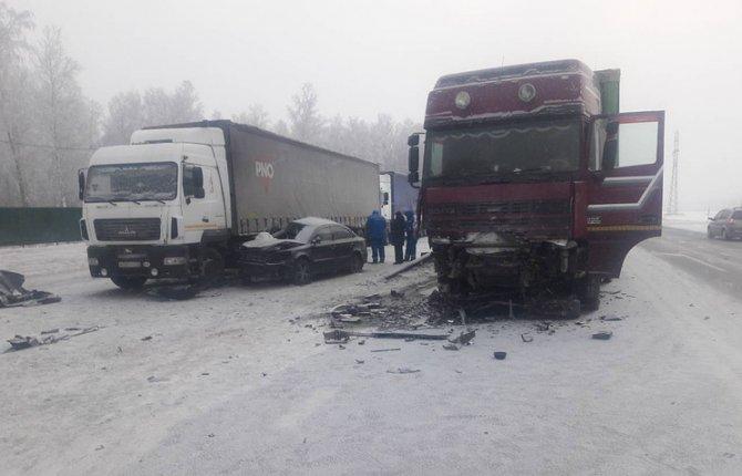 Две девушки погибли в ДТП с грузовиками в Ишимском районе