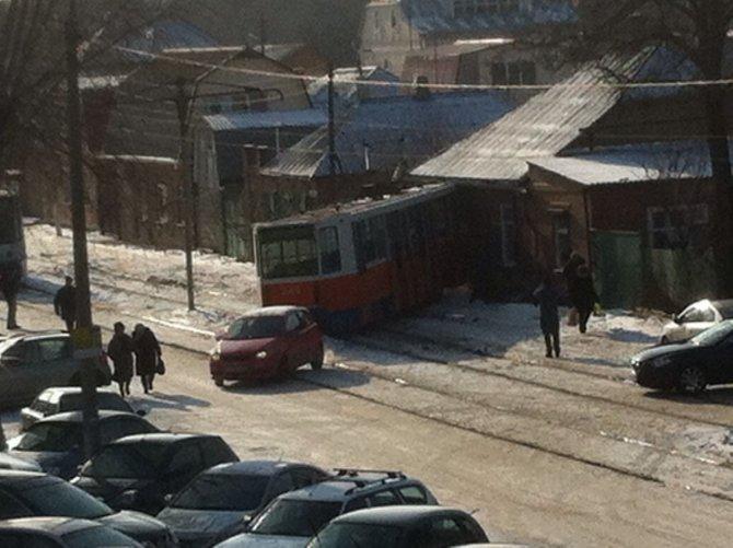 В Таганроге трамвай сошел с рельсов и протаранил дом (2)
