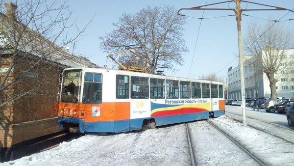 В Таганроге трамвай сошел с рельсов и протаранил дом (1)