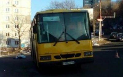 Автобус насмерть сбил женщину во Владивостоке