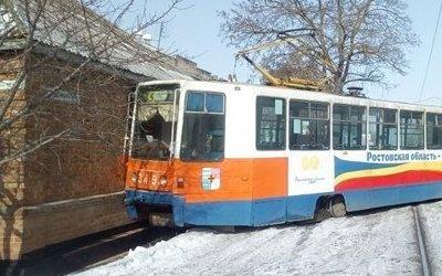 В Таганроге трамвай сошел с рельсов и протаранил дом