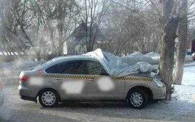 Такси врезалось в дерево в Барнауле