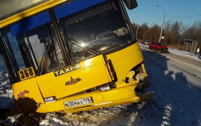 В Петергофе легковушка столкнула в кювет автобус