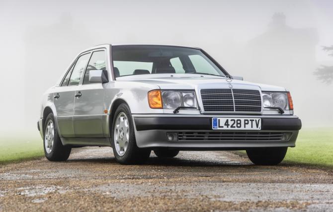 Роуэн Аткинсон продаёт на аукционе Mercedes-Benz 500 E 1993 года выпуска