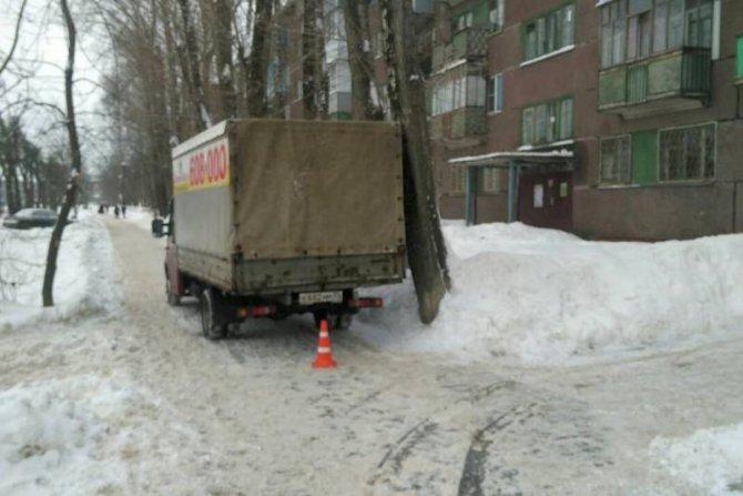 В Череповце «Газель» сбила женщину на тротуаре (1)