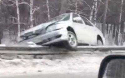 Женщина-водитель иномарки пострадала в ДТП с грузовиком в Барнауле