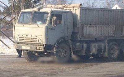 В Барнауле КамАЗ насмерть сбил мужчину