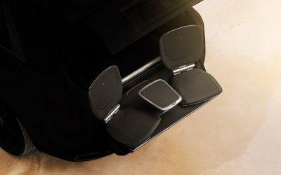Для первого кроссовера Rolls-Royce придумали кресла, выдвигаемые наружу