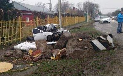 В Армавире «Лада» снесла памятник
