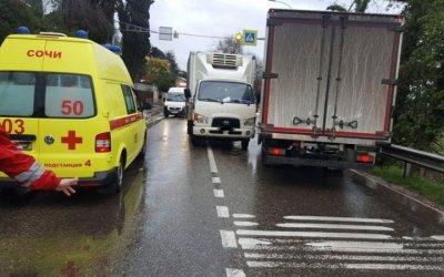 В Сочи грузовик сбил 12-летнюю девочку на переходе