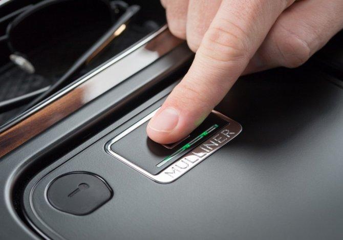 Bentley Bentayga и сейф, открывающийся по отпечаткам пальцев