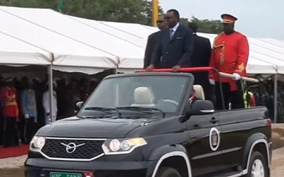 Президент Намибии выехал на парад на кабриолете УАЗ