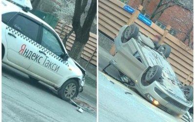 В Краснодаре в ДТП с такси опрокинулась иномарка