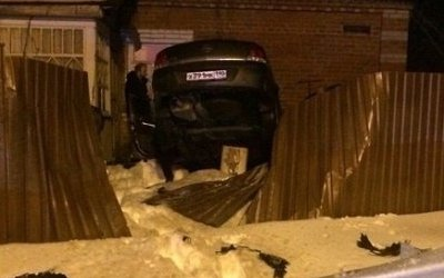 Автомобиль врезался в жилой дом в Подмосковье