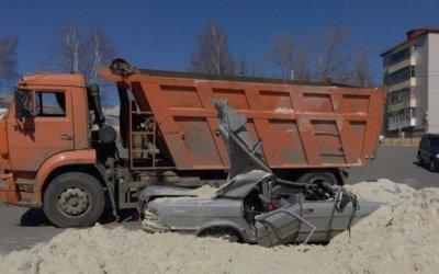 В Тамбове КамАЗ засыпал «Волгу» песком – погиб человек