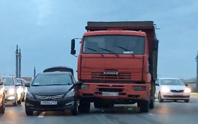 «КамАЗ» иавтомобиль «Такси Пулково» столкнулись посреди Благовещенского моста вСанкт-Петербурге
