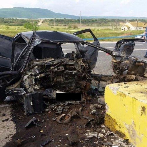 В Дагестане ВАЗ врезался в рекламный щит – погибли трое (2)