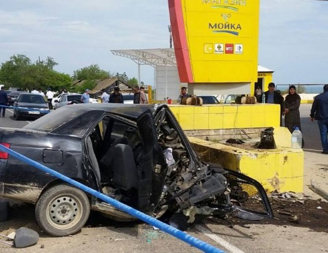 В Дагестане ВАЗ врезался в рекламный щит – погибли трое (1)