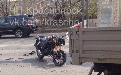 В Красноярске в ДТП с грузовиком погиб мотоциклист
