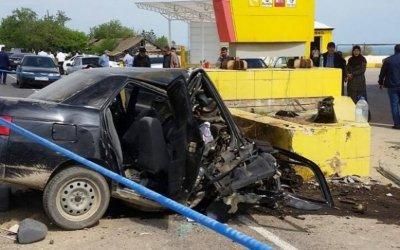 В Дагестане ВАЗ врезался в рекламный щит – погибли трое