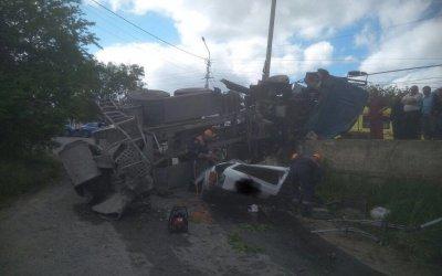 В Ставрополе бетономешалка раздавила «Ниву»: погибли два человека