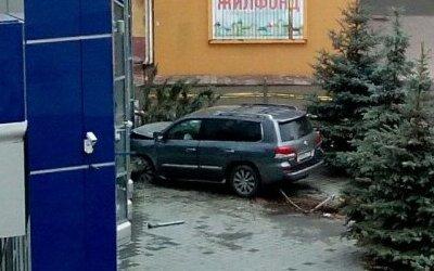 В центре Кемерова иномарка врезалась в здание