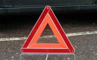 Иномарка врезалась в стоящий грузовик в Москве – водитель погиб