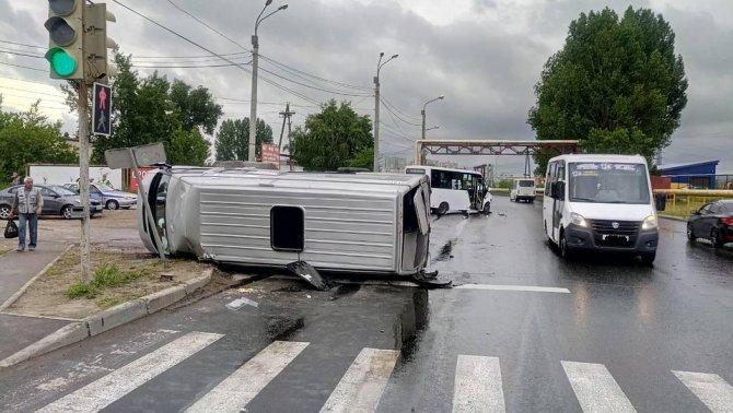 В Тольятти опрокинулась маршрутка с пассажирами (2)