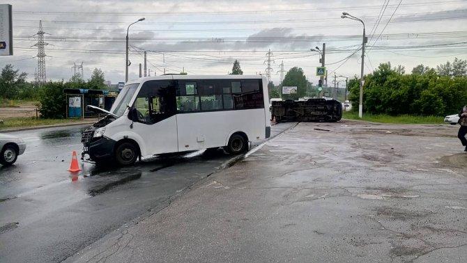 В Тольятти опрокинулась маршрутка с пассажирами (1)
