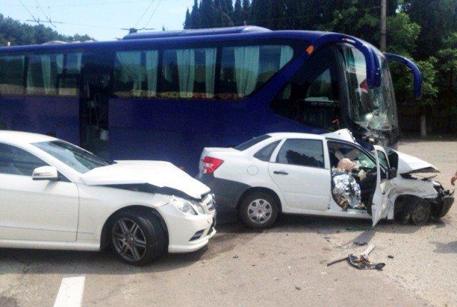 В ДТП с автобусом в Алуште погиб человек (1)