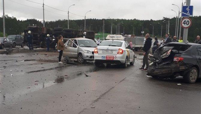 Более 10 автомобилей попали в ДТП в Томске (5)