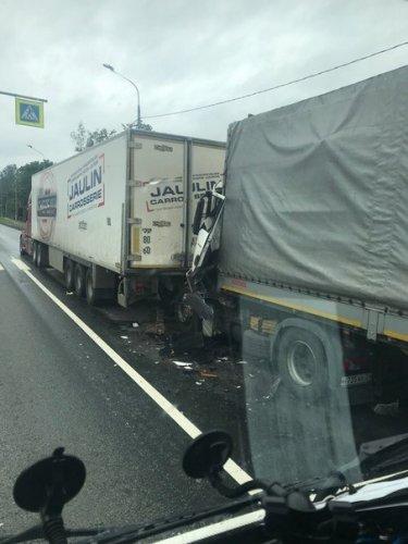 Водитель грузовика погиб в ДТП в Тосненском районе Ленобласти