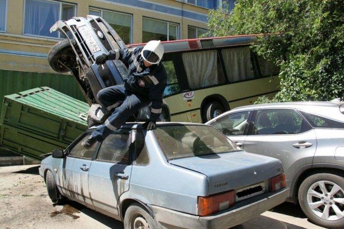 В Саратове неуправляемый автобус врезался в автомобили и сбил пешехода (2)