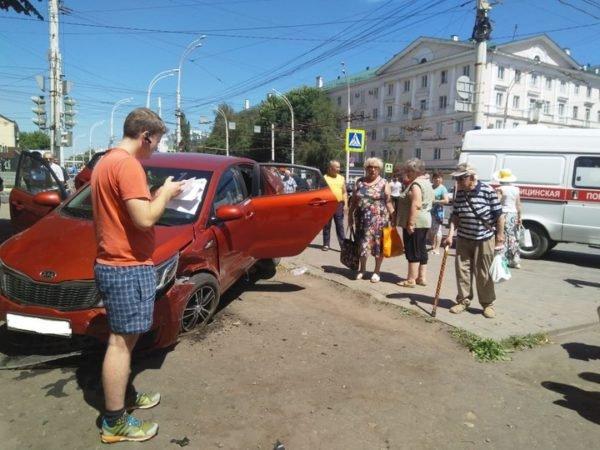 В Тамбове KIA сбила женщину на тротуаре (3)