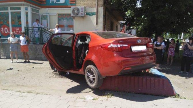 В Тамбове KIA сбила женщину на тротуаре (1)