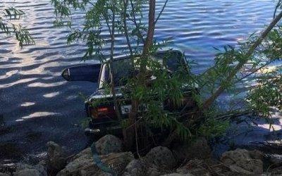 Женщина-водитель погибла при падении машины в озеро под Волгоградом