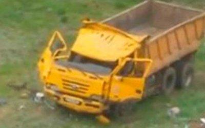 В Астане грузовик улетел с моста, но водитель чудом выжил: видео с места ДТП